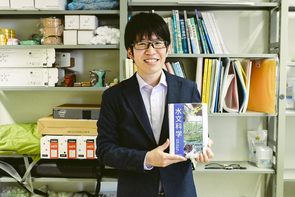 水文化学と書かれた書籍を抱える榊原先生