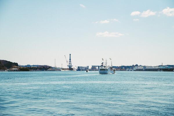 穏やかな港を行き交う船