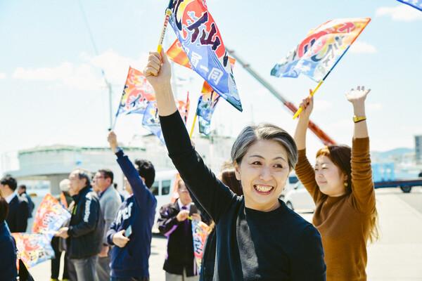 旗を振る和枝さん
