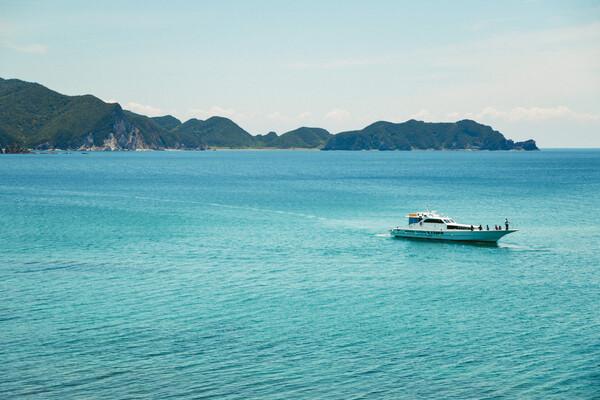 穏やかな海を進む漁船