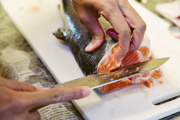 魚の背側を手前にもってきて、中骨に沿うように切りすすめる。