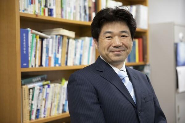 インタビューが終わり笑顔の勝川俊雄さん