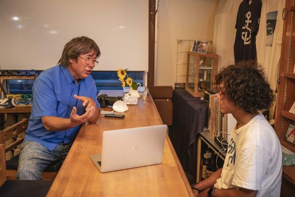 インタビュー中の茂木さん