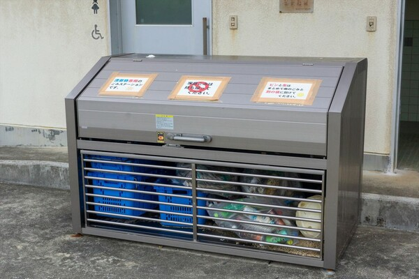 うじじきれい団の活動がきっかけにもなり、島の東側にある和泊町(わどまりちょう)の大きな浜では漂着ゴミ専用のゴミ箱が設置された