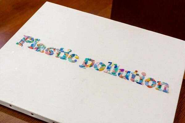 マイクロプラスチックを使って竿さんが制作した作品。きれいで人目を引くが、それゆえに問題提起が伝わらなくなるというジレンマもある
