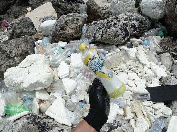 中国語表記のパッケージ。漂着ゴミには外国から流れ着いたものも多い