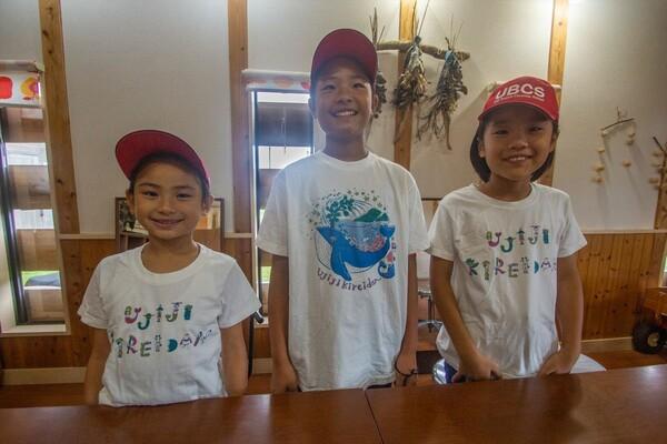 Tシャツと帽子は、うじじきれい団の活動を知った県外の人からのプレゼント。SNSを通じて仲間が増えていく