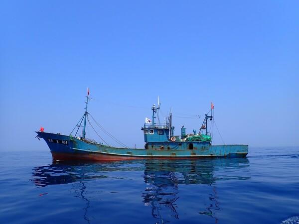 北朝鮮海域に向かう途中の、中国を母港とする二艘曳きトロール漁船