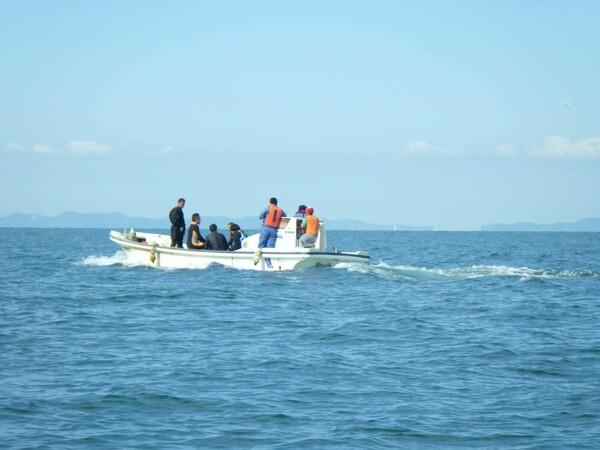 大阪湾に浮かぶ漁船