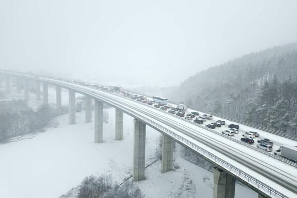 雪で渋滞する高速道路