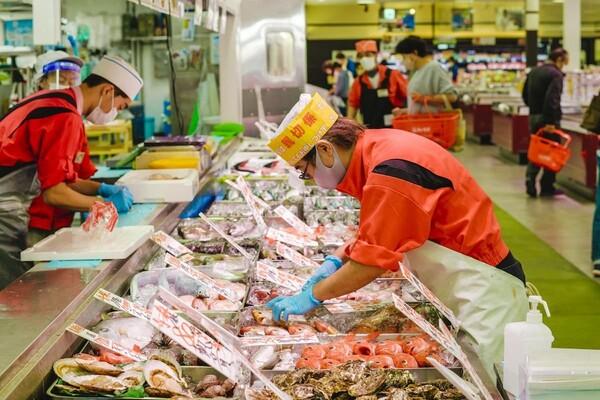 魚を並べるスタッフ